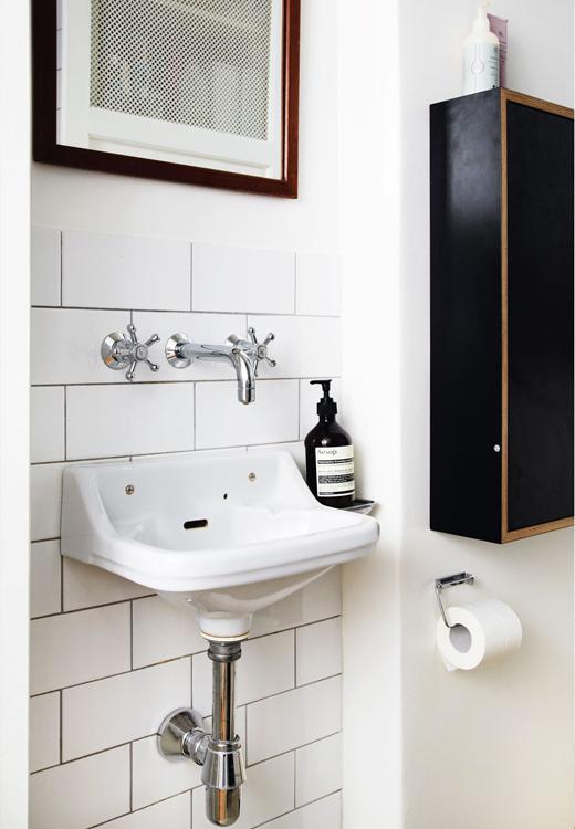 Pour les petits espaces, n'hésitez pas à choisir des éléments de plus petites dimensions, gel pour les main Aesop, faïence murale Evers - stylisme Julie Lowenstein / photographie Anitta Berhendt pour Bolig Magazine