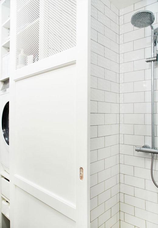 Idée ingénieuse : la porte coulissante sert aussi bien pour la douche que pour dissimuler la colonie d'appareils ménagers - stylisme Julie Lowenstein / photographie Anitta Berhendt pour Bolig Magazine