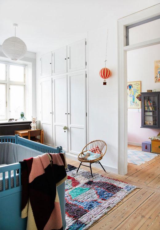 Les chambres de Rita et Sonja sont communicantes... Le mur qui sépare les deux chambre sert également d'espace de stockage pour la famille. Les chaises en rotin ont été chinées sur Ebay - stylisme Julie Lowenstein / photographie Anitta Berhendt pour Bolig Magazine