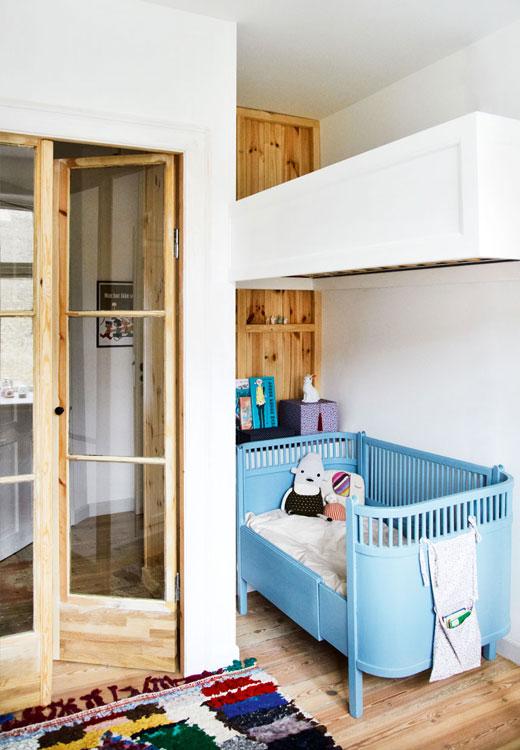 Rita va bientôt quitter son lit de bébé pour rejoindre la mezzanine que ses parents sont en train de lui construire. Lit Juno de Sebra (un classique du design danois!) - stylisme Julie Lowenstein / photographie Anitta Berhendt pour Bolig Magazine