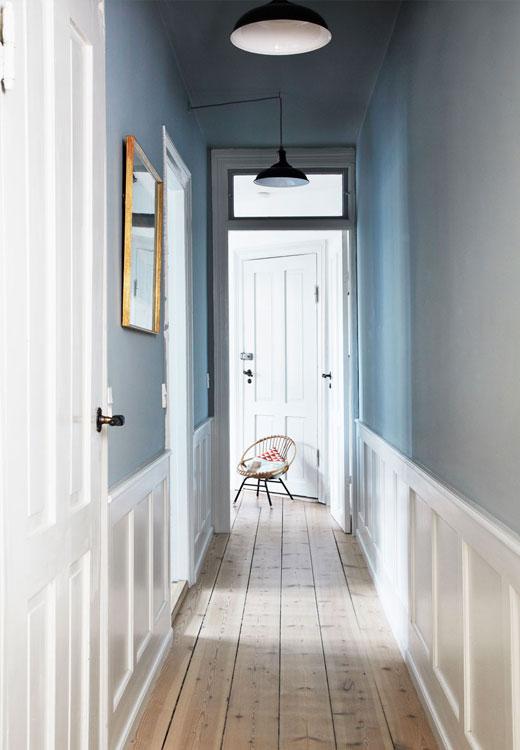Les murs ont été repeints en bleu poudré. Suspension rapportée de Londres (on en trouve chez Madebyhand.dk ou Original BTC) - stylisme Jule Lowenstein / photographie Anitta Berhendt pour Bolig Magazine