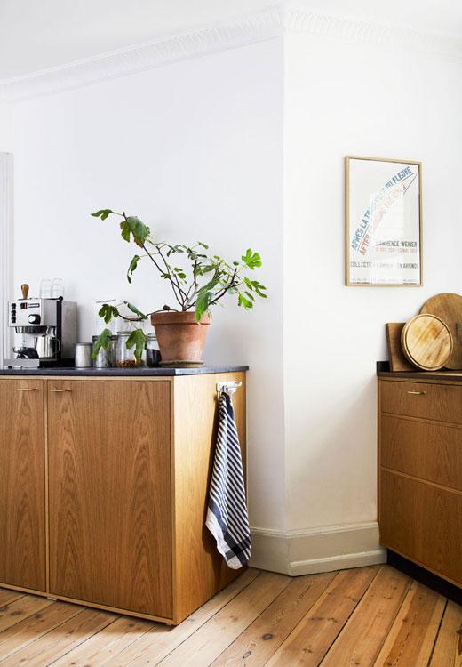 En manque de plan de travail, le couple a décidé de remplacer le classique réfrigérateur verticale par un réfrigérateur horizontal dissimulé dans une armoire basse... Stylisme Julie Lowenstein / Photo Anitta Berhendt pour Bolig Magazine