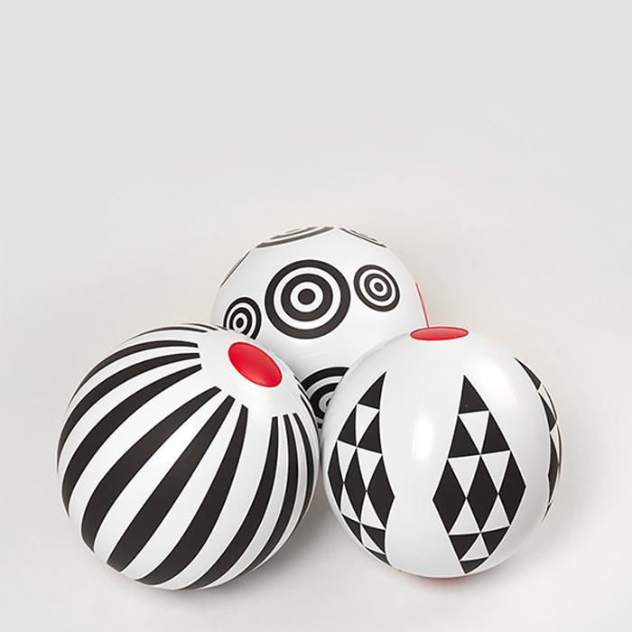 """Les ballons de plage """"Black Geometric"""" ©Fatra"""