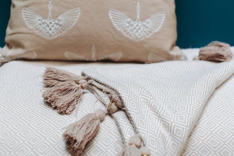 Plaid NEHA : plaid en coton tissé à la main selon les motifs géométriques ivoire & Nude. Pompons en coton - 80€ - Lorafolk| ©Laurence Revol