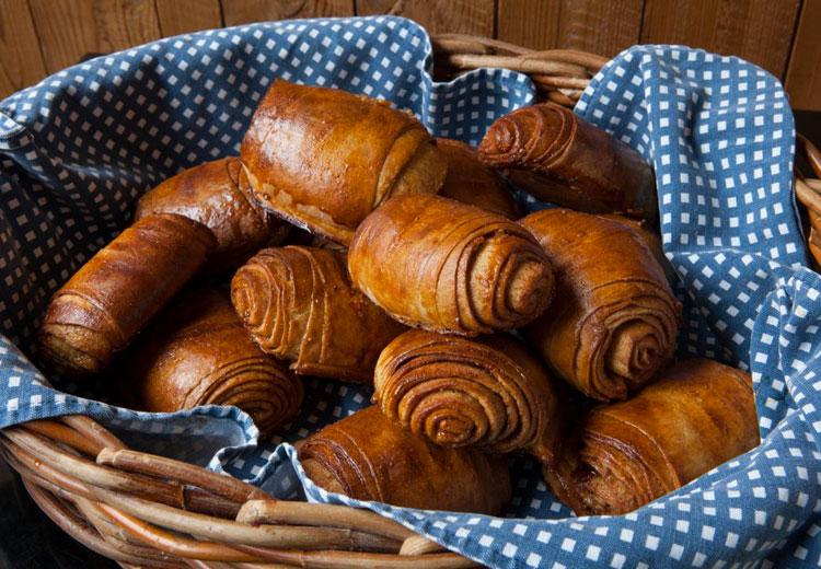 Panier de Brioche roulée à la cannelle | Nordic Bakery